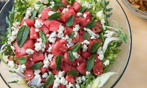 Sinihomejuusto- vesimeloni-minttusalaatti maalivahdin makuun