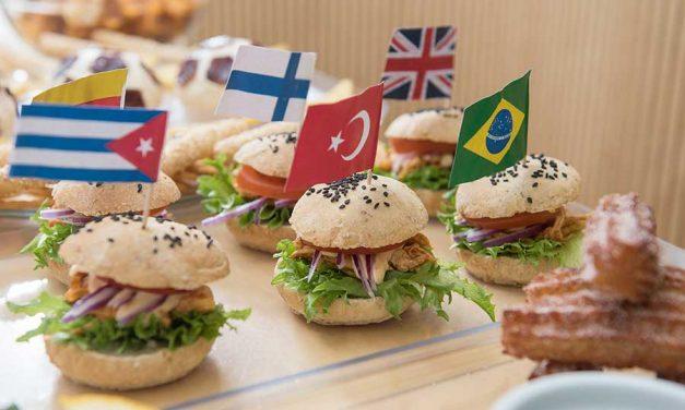 Nyhtökanalla täytetyt liputtajan miniburgerit