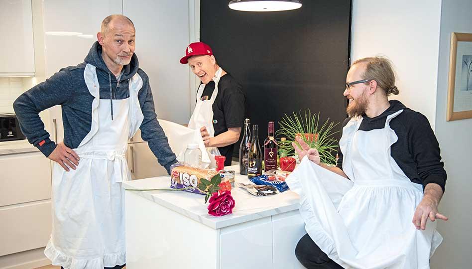 Miehet keittiössä tositarkoituksella